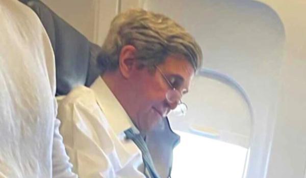 John Kerry flight no mask